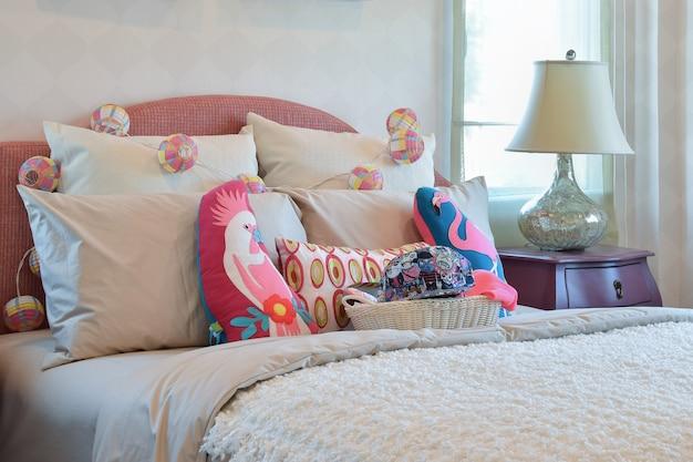 Almofadas coloridas e mesa de cabeceira