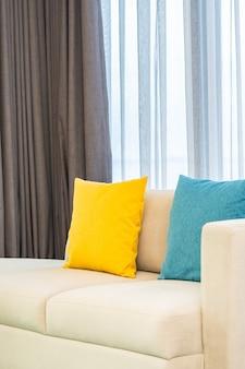Almofadas coloridas em sofá bege