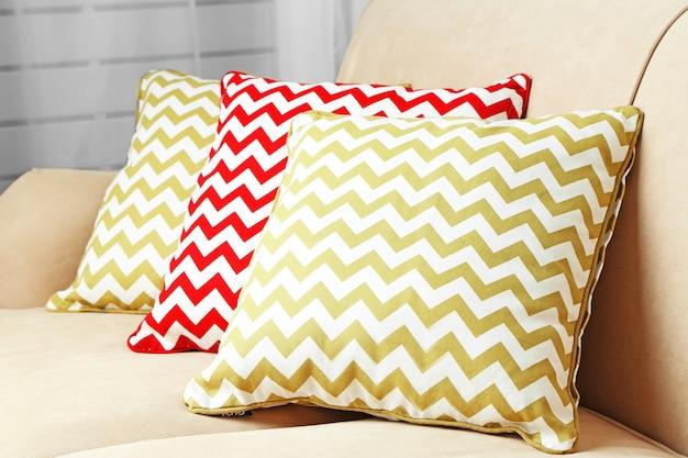 Almofadas coloridas no sofá, close-up