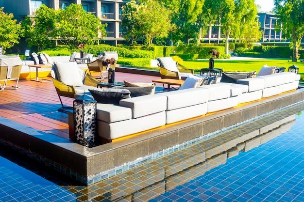 Almofadas com deck no pátio externo e sofá na varanda no jardim