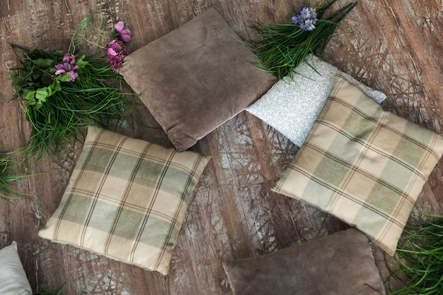 Almofadas com flores no chão de madeira