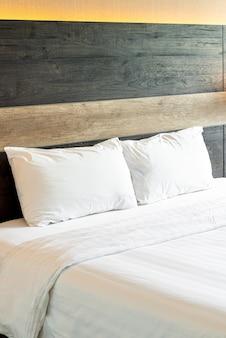 Almofadas confortáveis brancas