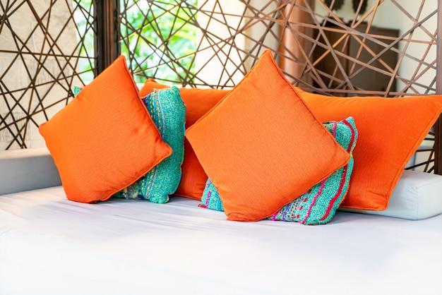 Almofadas confortáveis na cadeira e mesa ao ar livre