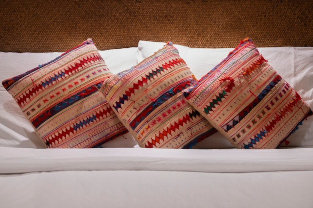 Almofadas confortáveis na cama no quarto.