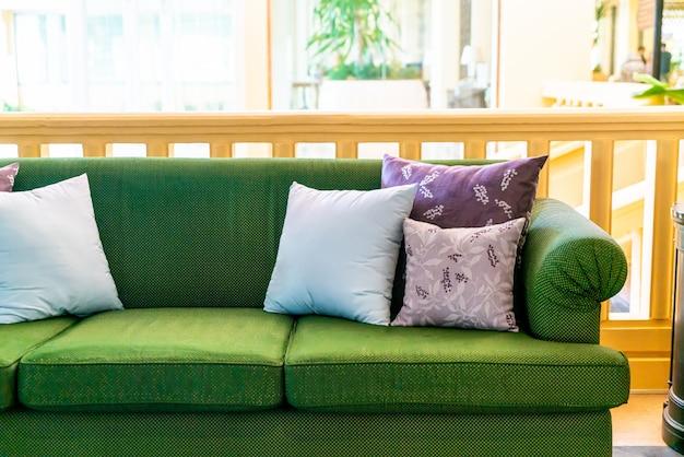 Almofadas confortáveis no sofá