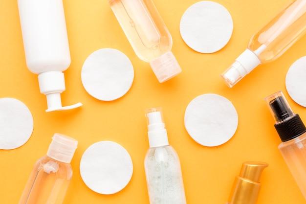 Almofadas de algodão de vista superior com produtos cosméticos