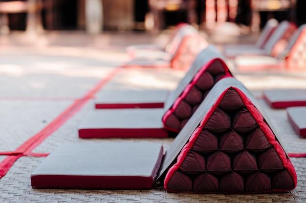 Almofadas de encosto estilo lanna alinhadas