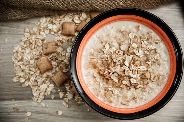 Almofadas de grãos de cinco cereais com recheio de chocolate cheio de leite sobre tela na mesa de madeira