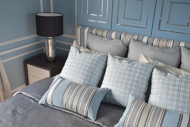 Almofadas de luz azul no padrão de diferença com roupa de cama de estilo clássico