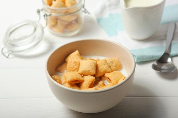 Almofadas de milho com leite no café da manhã na mesa closeup