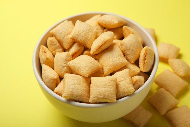 Almofadas de milho com recheio de café da manhã em um fundo colorido close up