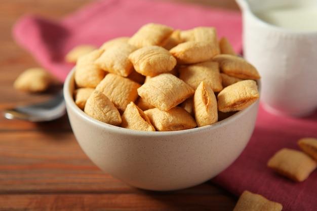 Almofadas de milho recheadas para o café da manhã na mesa, close-up