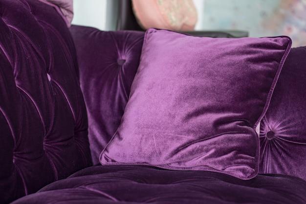 Almofadas de veludo roxas no sofá