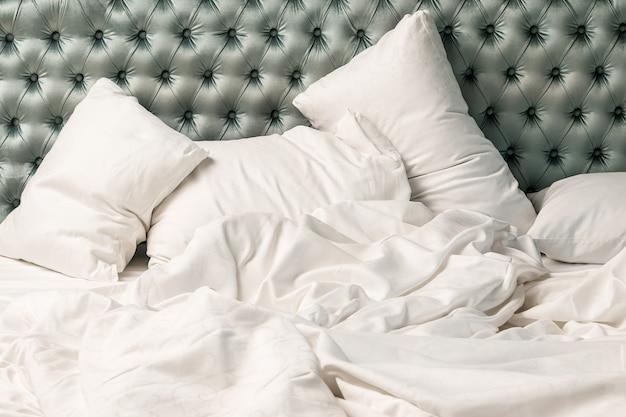Almofadas e cobertor na cama