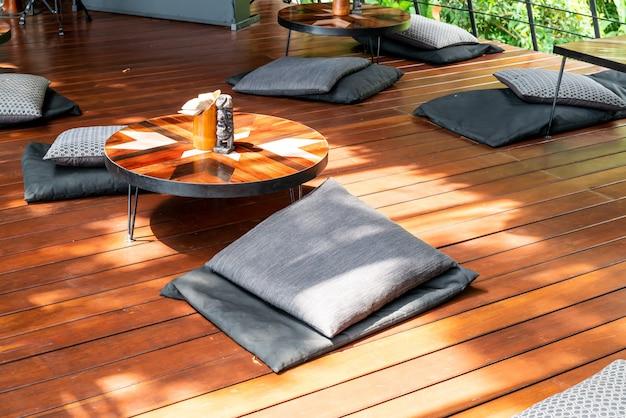 Almofadas e mesa vazias