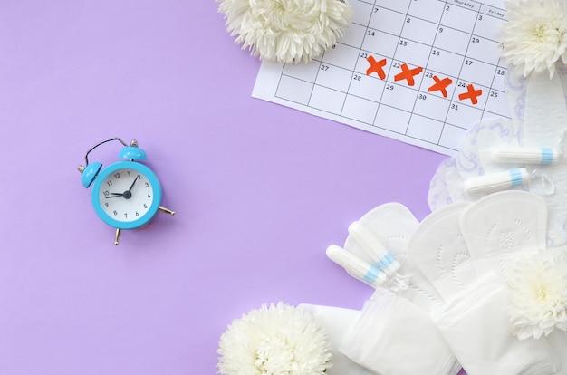 Almofadas e tampões menstruais no calendário do período menstrual
