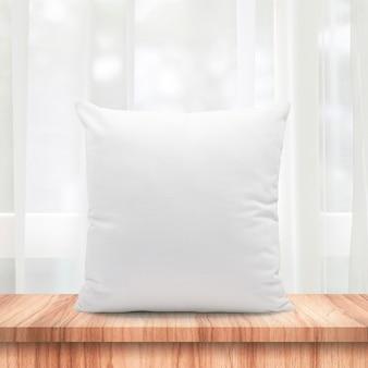Almofadas em branco, feitas de penas suaves na janela de manhã e cortinas