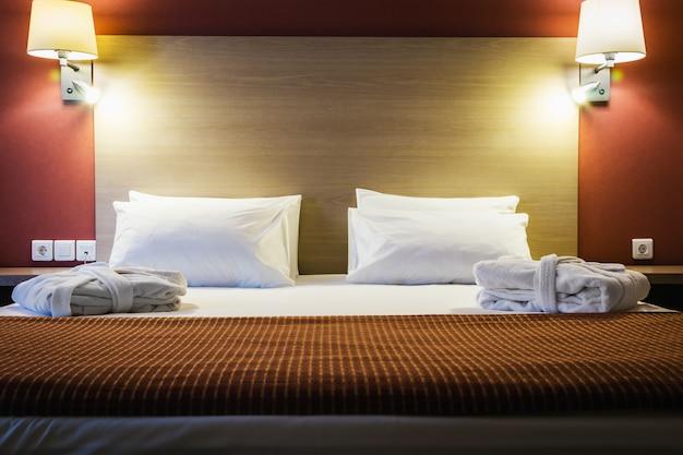 Almofadas em uma cama king-size grande