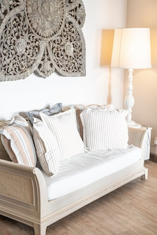 Almofadas na decoração do sofá na sala de estar interior
