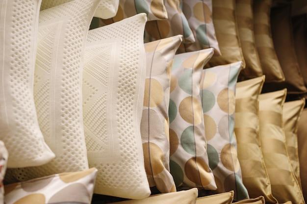 Almofadas nas prateleiras das lojas