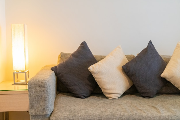 Almofadas no sofá cinza na sala de estar