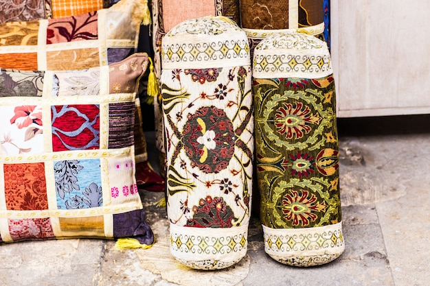 Almofadas orientais. bazar têxtil nacional em istambul