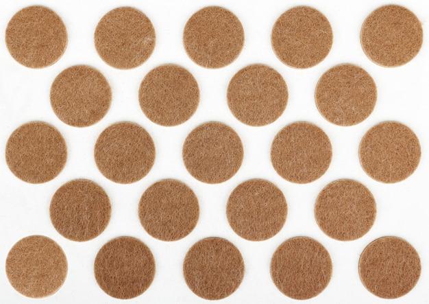 Almofadas pegajosas de feltro para pernas de móveis, marrom circular em cartão de plástico branco
