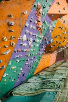 Almofadas perto da parede de escalada