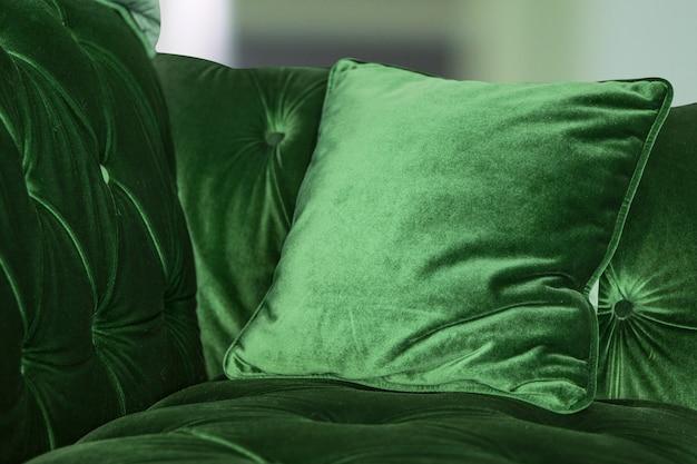 Almofadas verdes roxas no sofá