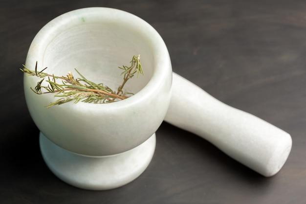 Almofariz de cerâmica com pilão e especiarias frescas