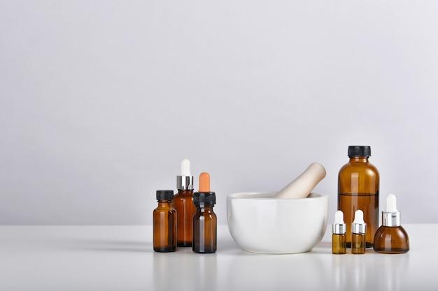 Almofariz e pilão com frascos de remédios, medicina alternativa em laboratório.