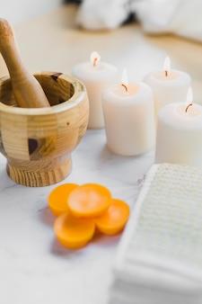 Almofariz e pilão perto de suprimentos de spa