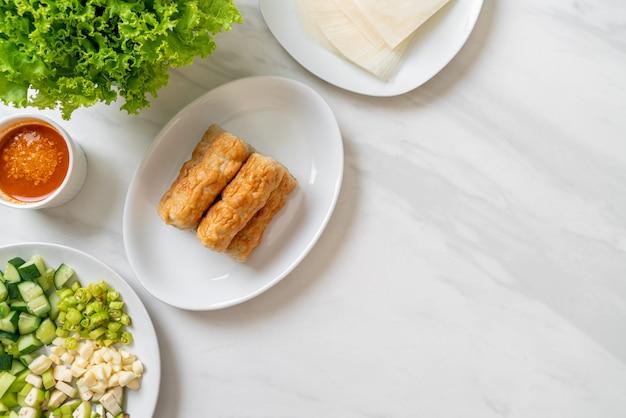 Almôndega de carne de porco vietnamita com envoltórios de legumes (nam-neaung ou nham due), cultura alimentar tradicional vietnamita