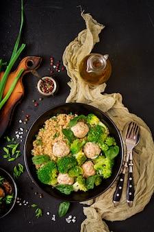 Almôndegas assadas de filé de frango com enfeite com quinoa e brócolis cozido. nutrição apropriada. nutrição esportiva. menu dietético. postura plana. vista do topo