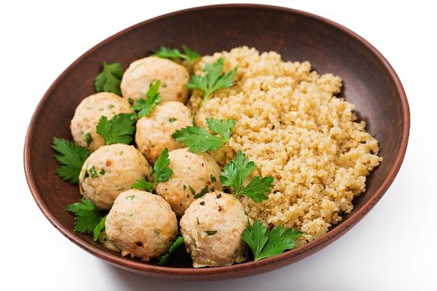 Almôndegas assadas de filé de frango com guarnecido com quinoa