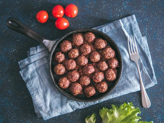 Almôndegas caseiras de carne em frigideira de ferro fundido
