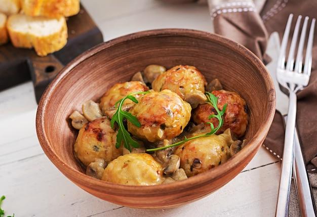 Almôndegas caseiras deliciosas com molho de creme de cogumelos.