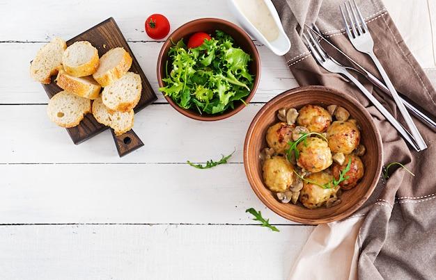 Almôndegas caseiras deliciosas com molho de creme do cogumelo. cozinha sueca.