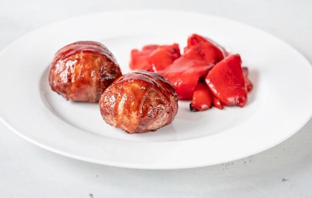 Almôndegas com bacon de churrasco e pimentões vermelhos