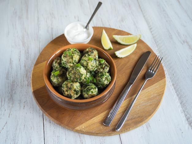 Almôndegas com ervas em uma tigela de barro. comida orgânica.
