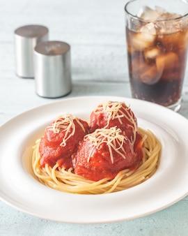 Almôndegas com molho de tomate e macarrão