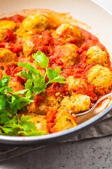 Almôndegas cozidas do feijão do vegetariano no molho de tomate na bandeja.