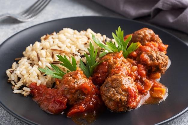 Almôndegas de carne e arroz integral em um prato.