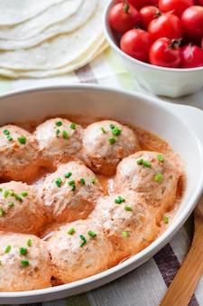 Almôndegas de chacken cozidas em molho de tomate cremoso