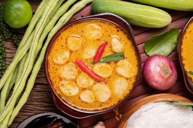 Almôndegas de curry vermelho com pimenta e cebolinha em uma tigela