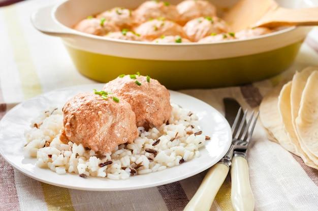 Almôndegas de frango em molho de tomate cremoso com arroz