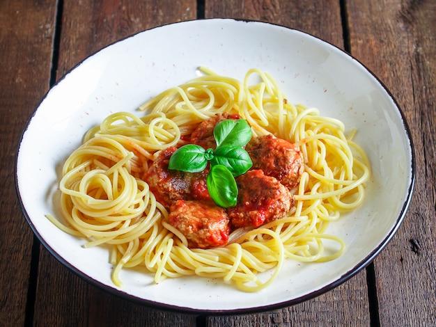Almôndegas de macarrão espaguete