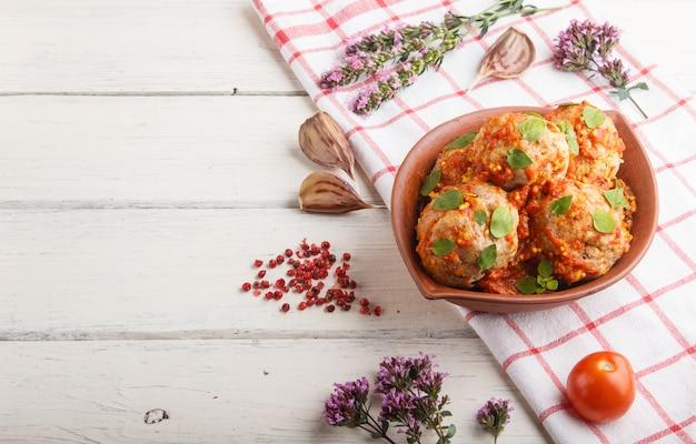 Almôndegas de porco com molho de tomate