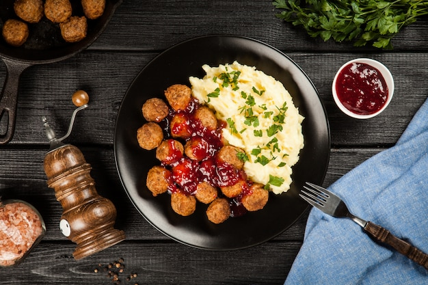 Almôndegas e purê de batatas