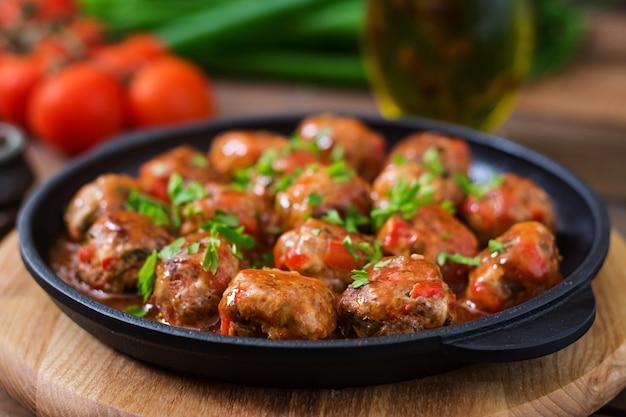 Almôndegas em molho de tomate agridoce